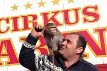 František Navrátil s opičkou Carinou z cirkusu Carini.