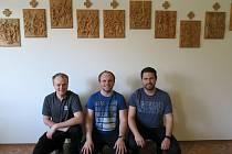 Unikátní křížovou cestu oficiálně představili v kapli Domu s chráněnými byty v Dolním Němčí. Na snímku Lukáš Umlauf, Jan Smetana a Vít Umlauf, kteří ji vyrobili CNC technologií.