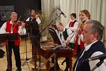 Primáš Jindřich Hovorka s BROLNem na vystoupení v Osvětimanech.