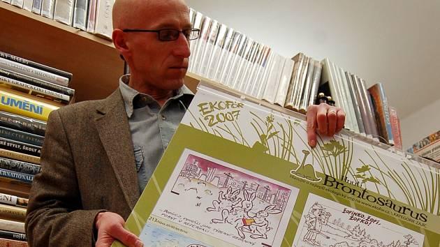 Pracovníci Knihovny Bedřicha Beneše Buchlovna zvou na výstavu kresleného humoru s ekologickou tématikou. Na snímku ředitel knihovny Radek Jančář.