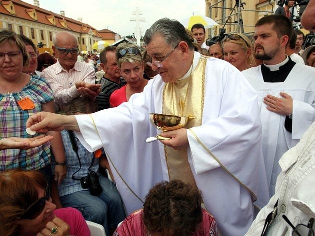 Kardinál Dominik Duka dává svaté přijímání.