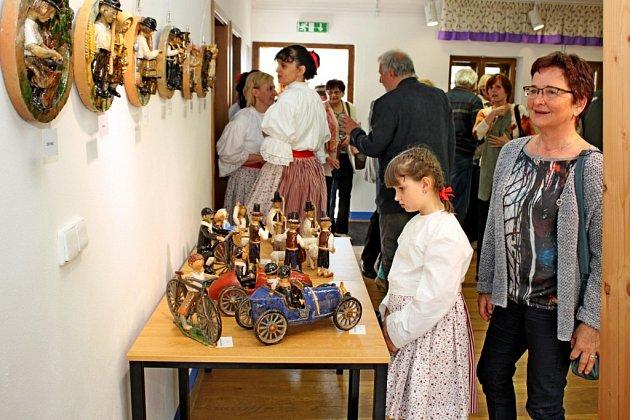 Josef Lapčík daroval Tupesům text knihy Vzpomínání a představil návštěvníkům tamního muzea keramické figurky, které prošly žárem ohně.