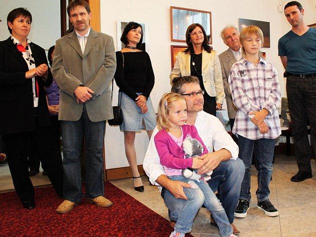 Autor fotografií Radek Frýsa s dcerou Stelou a synem Šimonem při slavnostním zahájení výstavy.