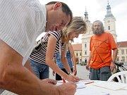 Počítačová studie ukazuje, jak bude vypadat prostor v Českých Budějovicích na rohu Lidické třídy a Mánesovy ulice. Obyvatelé sousedících paneláků se ale chystají proti tomuto návrhu sepisovat další petice a zkusit tak projekt pozastavit.