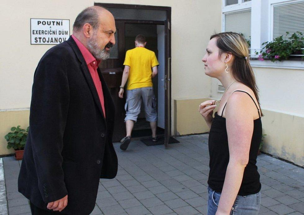 Profesor Tomáš Halík si měl co říci s tiskovou mluvčí Studentského Velehradu Evelynou Kulíškovou.