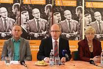 Bohuslava Sobotku při návštěvě Slovácka provázela senátorka Hana Doupovcová a poslanec Antonín Seďa.