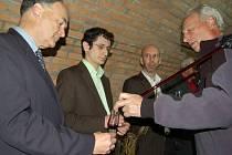 NA KOŠTU. První vzorek vína ochutnal Thomas Bata, současný šéf Baťova světového obuvnického impéria (zcela vlevo), přímo mezi sudy.