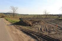v Hluku na pozemcích Martina Juřeníka, kde probíhalo navyšování nivelity půdy, se začaly objevovat černé skládky stavební suti.