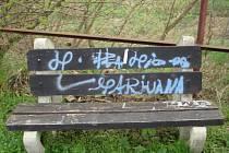 Neznámý sprejer zničil řadu objektů v Újezdci u Osvětiman.