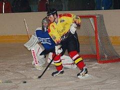 Ostrožští hokejisté doráželi na gólmana Plumlova jako sršni.