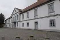 V komplexu zámku v Bílovicích se nachází dnes již uzavřený kinosál.