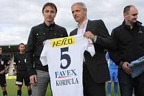 Před utkáním Slovácka s Baníkem Ostrava se s profesionální kariérou rozloučil Michal Kordula (vlevo). Památeční dres mu předal ředitel klubu Vladimír Krejčí.