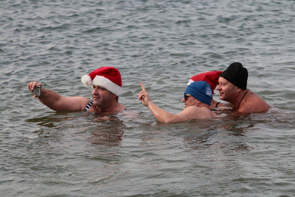 Teploměr na štěrkopískovém jezeru v Ostrožské Nové Vsi ukazuje 3.8 stupně teplotu vody a dva stupně má vzduch. Otužilce to však neodradí a vydávají se do ledové vody.