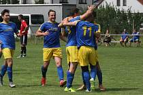 Fotbalisté Prakšic (modré dresy) vstoupili do nové sezony domácí výhrou nad Babicemi 1:0.
