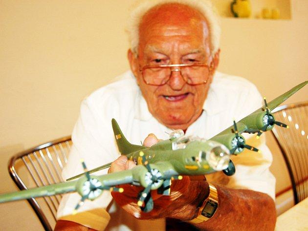 Třiaosmdesátiletý veterán Joseph Owsianik s modelem bombardéru B-17, jehož posádky byl členem.