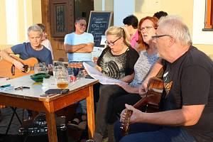 Venca's group koncertovali u Dobrého piva v Uherském Hradišti na podporu Chráněného bydlení Ulita.