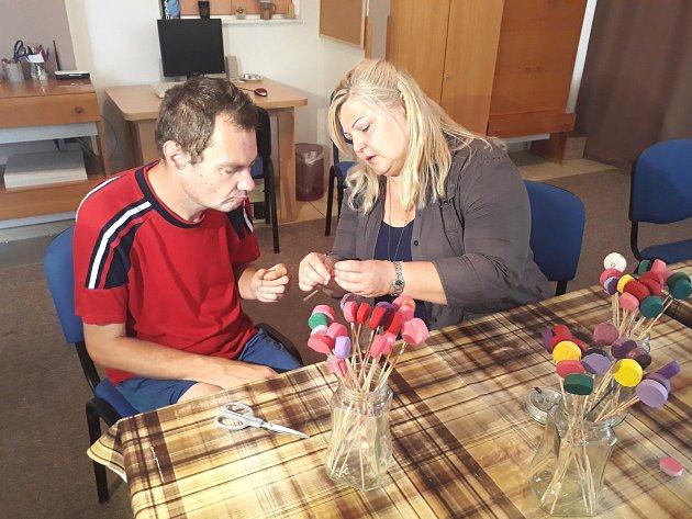 Kvůli duševnímu onemocnění je dvaačtyřicetiletý Petr Pišinger od roku 1995 v invalidním důchodu. Na snímku je s ním Květa Kovaříková.