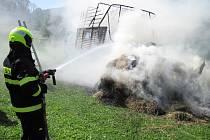 V úterý 1. srpna se u obce Vápenice vznítil sběrací vůz na seno.