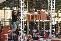 Technici na Velehradě měli na pilno při montáži atypického mobilního pódia pro Dny lidí dobré vůle