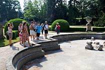 V PARKU. Návštěvníky zámeckého parku v Buchlovicích potěšily neotřelým způsobem komentované prohlídky
