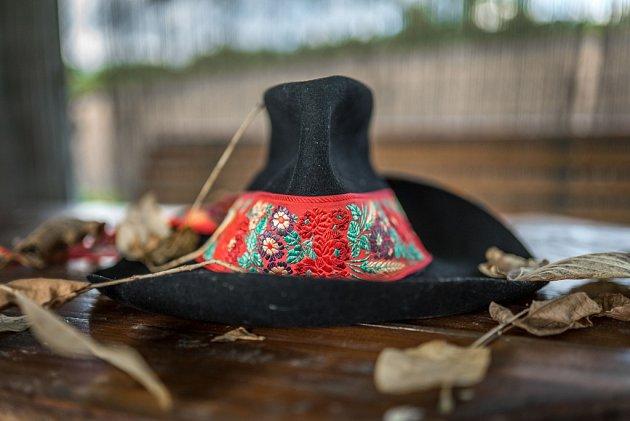 VALACH. Na Slovácko jsem se přiženil. Moje rodné Valašsko, kam pořád moc rád jezdím, mi denně připomíná tento klobúk.