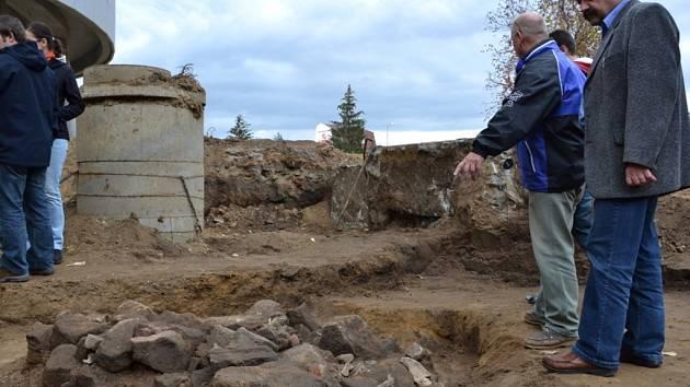 Objekt kovárny a vampýrský hrob z 9. století – to jsou poslední zajímavé nálezy archeologů ve Starém Městě.