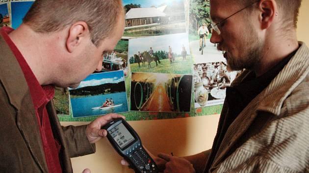 Starosta Modré a jeden z iniciátorů projektu RegionPasu Mirosalv Kovařík (vlevo) ukazuje, jak vypadá přístroj pro čtení nového průkazu.