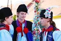 Mladší stárek Luboš Strachota (vpravo) debatuje se členy hodové chasy.