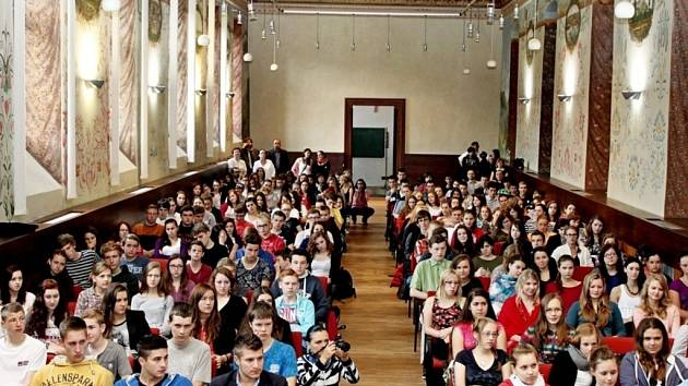 Ve velehradském Stojanově gymnáziu oslavili Den církevního školství, ale také besedovali se čtyřmi kandidáty na senátory.
