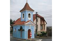 Kapli sv. Prokopa oděli Stříbrničtí do nového šatu, ale také jej ochránili před rozbředlým sněhem a marastem, které rozstřikují kola aut, kolem ní projíždějících.