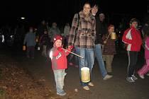 Lampionový průvod na svatého Martina udělal dětem radost.