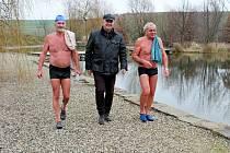 Vpřírodním koupališti na Živé vodě Modrá si plavání v ledové vodě užívali jen ostřílení otužilci.