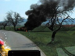 Osobní auto zn. Š Octavia combi havarovalo mimo komunikaci, kde narazilo čelně do stromu u silnice a začalo hořet.