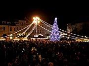 VÁNOČNÍ HRADIŠTĚ. Na Masarykově náměstí v Uherském Hradišti byl v sobotu nejenom mikulášský rej, ale i slavnostně rozsvícen a pokřtěn vánoční strom. Tisíce lidí se dočkaly toužebně očekávaného překvapení.