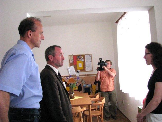 Senátor Josef Vaculík (druhý zleva) si prohlédl prostory charitního Centra denních služeb.