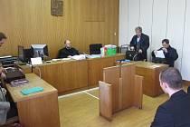 Soud se třemi policisty, kteří měli na poškozenou Ivanu Buráňovou během jejího zadržení v cele použít nepřiměřené prostředky a proti její vůli ji spoutat nohy i ruce ke mřížím.