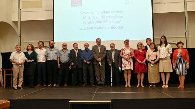 Společné foto oceněných Cenou Vladimíra Boučka a Mistr tradiční rukodělné výroby Zlínského kraje.