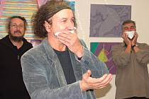 Umělci představili své obrazy s papírovými ubrousky před ústy, aby zabránili šíření viru H1N1.