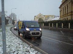 Slovácko zasypal v pondělí 25. listopadu sníh. Silničáři ihned vyslali do terénu deset posypových vozidel.