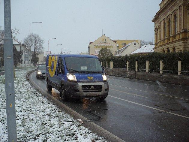 Slovácko zasypal vpondělí 25.listopadu sníh. Silničáři ihned vyslali do terénu deset posypových vozidel.