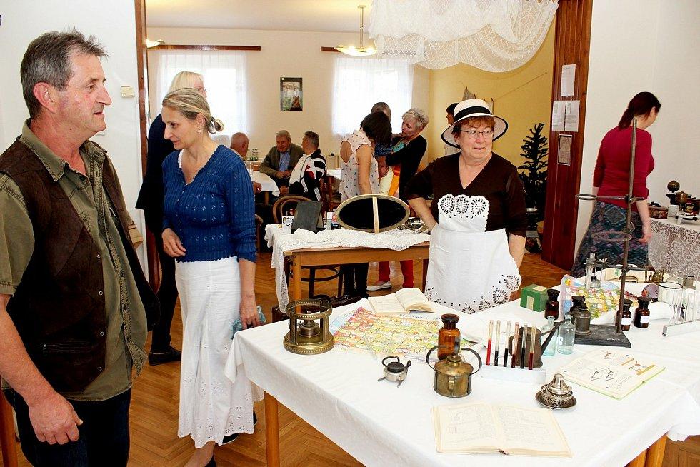 Prohlídka obce Babice. Výstava lihovárků.