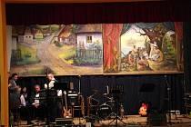 Divadelní kulisy z období První republiky, dvě oboustranně pomalovaná nepoškozená plátna, objevená na půdě místní školky, mohli obyvatelé obce spatřit v sobotu 14. února na tamním Obecním plese.