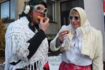Fašank v Polešovicích: Vysloužilé pěvkyně z Drmolic si pochutnávaly na dobrotách.