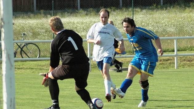 Hrdinou utkání se stal jeho spoluhráč Pavel Vlček (na druhém snímku vpravo právě střílí svůj druhý gól v zápase), autor hattricku.