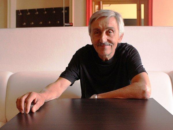 Devětašedesátiletý Igor Stránský stál čtvrt století včele Slováckého divadla, které pod jeho vedením získalo renomé po celé naší zemi. Od prvního září 2015si zvyká na život penzisty.