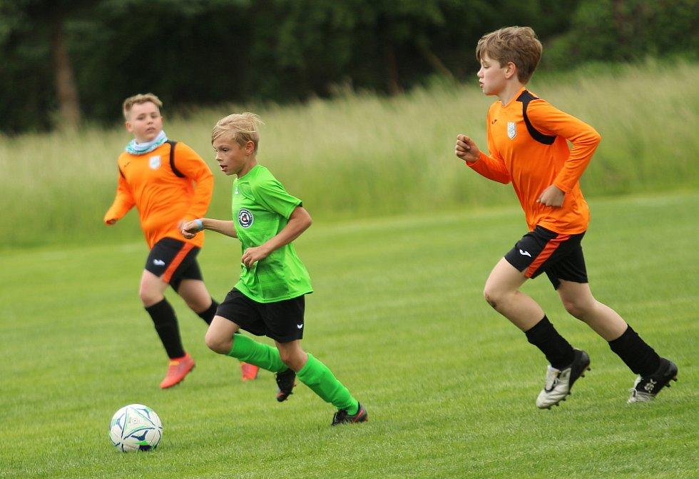 Mladší žáci Ostrožské Lhoty (zelené dresy) přehráli FC Veselí nad Moravou 6:3.