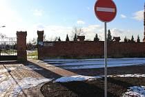 Obyvatelé Ostrožské Nové Vsi se dočkali nové parkovací plochy u tamějšího hřbitova po dlouhých letech plánování.