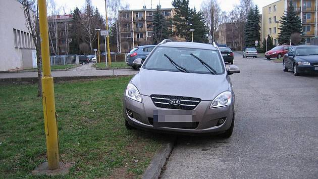 Parkování ve Staré Tenici. Ilustrační foto.