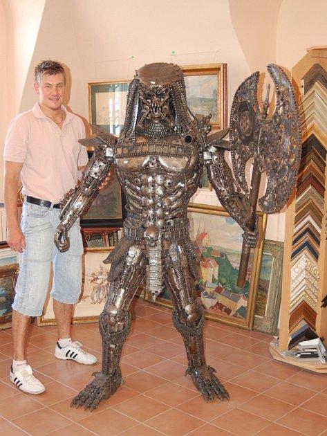Dvousetkilogramové kovové monstrum Predátor.
