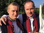 Slavnosti vína nabízejí i unikátní setkání – potkali se třeba místopředseda Petr Gazdík (vpravo) a jeho jmenovec Petr Gazdík.